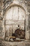 在拖着脚走路的墙壁的老白色木材门 库存图片