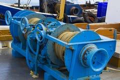 在拖网渔船甲板的绞盘在Portavogie在阿兹半岛怀有在唐郡,北爱尔兰 免版税库存照片