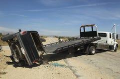 在拖车上的举的被碰撞的汽车 免版税库存图片