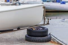 在拖车的帆船 免版税库存照片