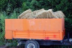 在拖车的干草捆 免版税库存图片
