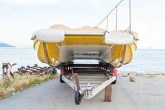 在拖轮的黄色小船 免版税库存照片
