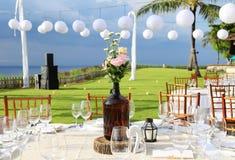 在招待会海滩胜地的装饰的婚姻的桌 图库摄影
