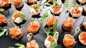 在招待会的自助餐 点心的分类 宴会服务 承办酒席食物、快餐与三文鱼和鱼子酱 黑麦 股票视频