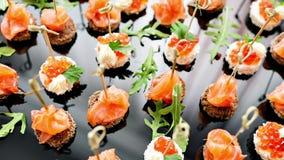 在招待会的自助餐 点心的分类 宴会服务 承办酒席食物、快餐与三文鱼和鱼子酱 黑麦 影视素材
