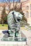 在拜占庭式的教会St索菲娅前面的一个古铜色狮子雕塑 免版税图库摄影