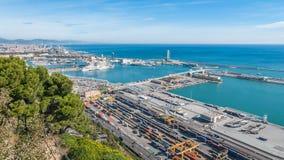 在拜雷阿尔斯海&巴塞罗那工业运输的阳光和路轨口岸在一个青天空晴天 库存照片