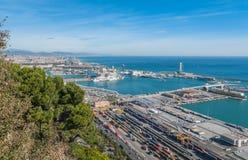 在拜雷阿尔斯海&巴塞罗那工业运输的阳光和路轨口岸在一个青天空晴天 免版税库存图片