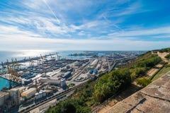 在拜雷阿尔斯海&巴塞罗那工业运输的阳光和路轨口岸在一个青天空晴天 库存图片