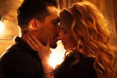 在拥抱以glowi为背景的爱的美好的夫妇 图库摄影