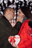在拥抱和亲吻在晚上的爱的有吸引力的夫妇 免版税图库摄影