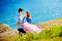 在拥抱和看起来去爱和关系概念的湖的愉快的浪漫爱恋的夫妇 图库摄影