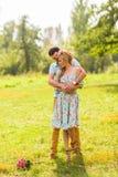 在拥抱在一个夏天的爱美丽的年轻人的一对夫妇在一个晴天停放 图库摄影