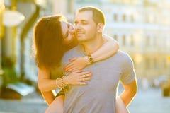在拥抱在城市的爱的愉快的夫妇 库存照片