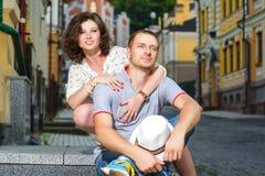 在拥抱在城市的爱的愉快的夫妇 免版税库存照片