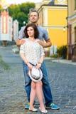 在拥抱在城市的爱的愉快的夫妇 免版税库存图片