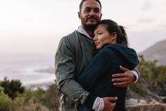在拥抱本质上的爱的夫妇 免版税库存照片