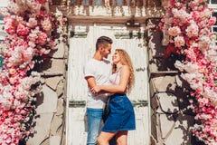 在拥抱的爱的混合的族种夫妇户外 阿拉伯走在城市的男人和白人妇女 图库摄影