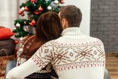 在拥抱whi的时兴的白色毛线衣的浪漫家庭夫妇 免版税库存照片