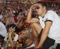 在拥挤大阳台的德国爱好者在他们的假日期间在马略卡 免版税图库摄影