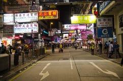 在拥挤的街场面的移动的活动在城市 免版税库存图片
