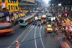 在拥挤的街的行动和汽车弄脏的人们 免版税库存照片