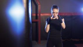 在拳击健身房的少妇拳打 阴影拳击 股票视频