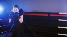 在拳击台的女性拳击手拳打 股票录像