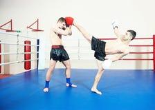 在拳击台的泰拳战斗机 免版税库存照片