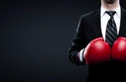 在拳击手套的商人 免版税库存图片