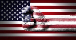 在拳头绘的美国的旗子 库存照片