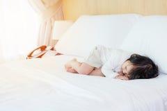 在拷贝空间的白色卧具室的孩子 免版税图库摄影