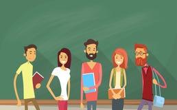 在拿着书的绿色黑板的学生团体 向量例证