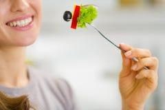 在拿着叉子用沙拉的妇女的特写镜头 库存照片