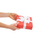 在拿着圣诞节礼物配件箱的现有量的特写镜头 免版税库存图片