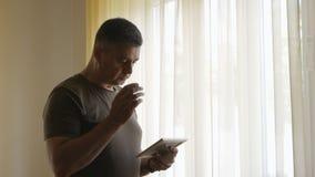 在拿着在一个木制框架的窗口的一个寂寞身分一张照片 人审查照片 影视素材
