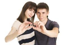 在拿着婚戒的爱的夫妇 免版税库存照片