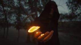 在拿着幻想中世纪礼服的斗篷的神奇witcher一个火人 万圣节 股票录像