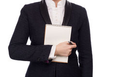在拿着笔和笔记本的西装的手 免版税图库摄影