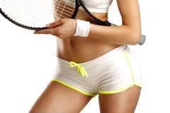 在拿着网球拍的女孩的臀部的特写镜头 免版税库存照片