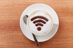 在拿铁咖啡的自由wifi区域标志 库存照片