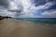 在拿骚海滩的多云天空 库存图片