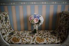 在挂毯椅子的花花束 库存图片