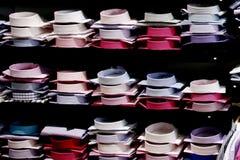 在挂衣架和架子的服装店 图库摄影