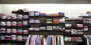 在挂衣架和架子的服装店 库存图片