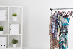 在挂衣架的五颜六色的衣裳在绝尘室 库存图片