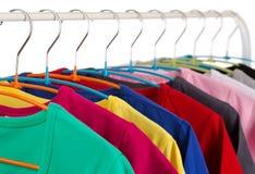 在挂衣架的五颜六色的衬衣 免版税图库摄影