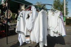 在挂衣架的传统罗马尼亚白色衬衣 免版税库存图片