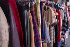 在挂衣架的减速火箭的衣裳在商店 库存照片
