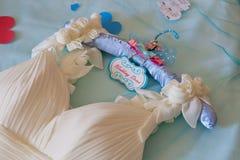 在挂衣架的婚礼礼服 免版税库存照片